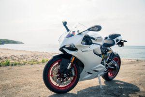 バイク 白 スーパースポーツ